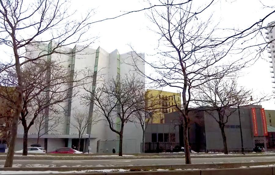 Panorámica del exterior del edificio del Museo de las Artes del Bronx en invierno. Captura de pantalla de un video del museo disponible en https://www.youtube.com/watch?v=CWv4xTCfdfU