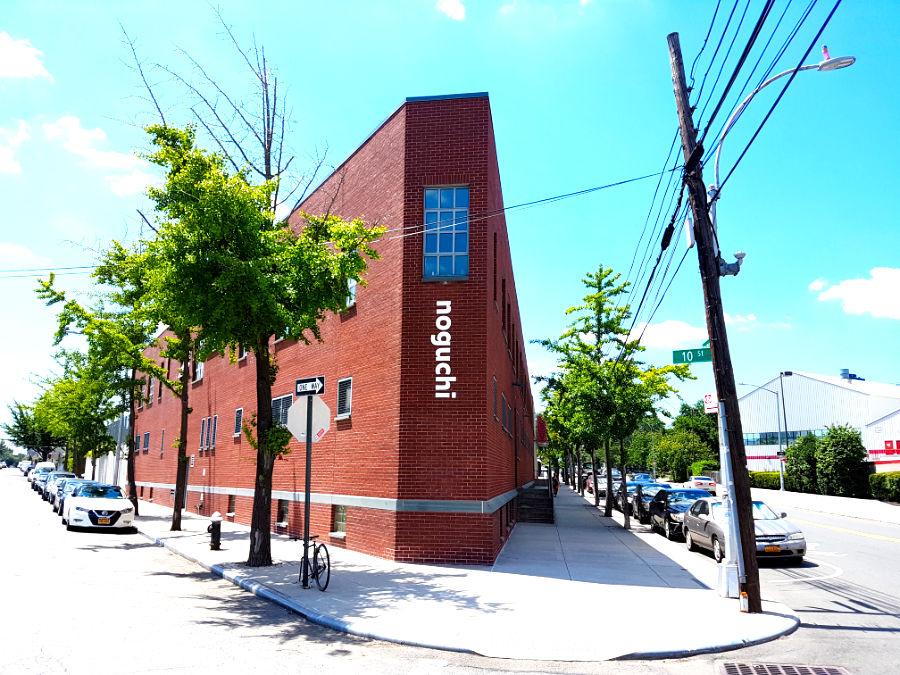 Exterior del taller industrial en Queens que alberga el Museo Isamu Noguchi - Foto de Andrea Hoare Madrid