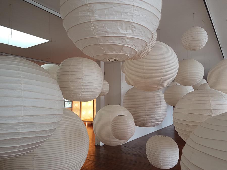 Galerías del Segundo Piso del Museo de Isamo Noguchi - Lámparas de papel Akari - Foto de Andrea Hoare Madrid