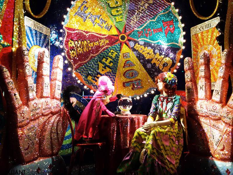 Vitrina de Bergdorf Goodman en la Quinta Avenida: Vitrinear es una de las mejores cosas que hacer en Diciembre en Nueva York - Foto de vitrina con decoración navideña en una tienda de la Quinta Avenida de Andrea Hoare Madrid