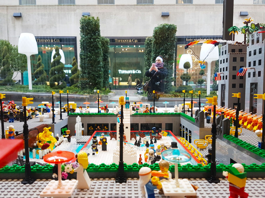 Vitrina de la Tienda LEGO de la 5a avenida - exposición de la pista de patinaje del Rockefeller Center hecha con legos - Foto de AHM
