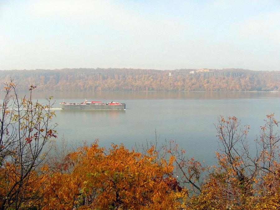Vistas de barco surcando el Río Hudson enfilando hacia el Valle del Hudson, tomada desde el Fort Tyron Park - Foto de AHM