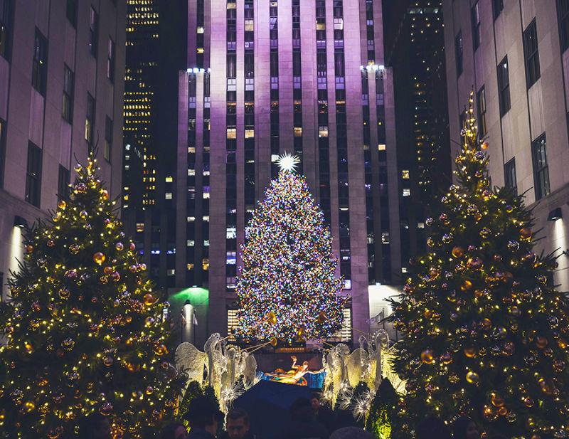 Árbol de Navidad del Rockefeller Center iluminado visto desde Channel Gardens. Foto de Alex Haney on Unsplash disponible en https://unsplash.com/photos/xhLpQmQEZ8s