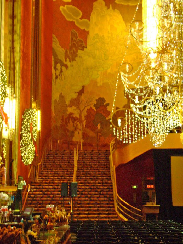 Escalinata del interior del Hall del Teatro Radio City del Rockefeller Center - Foto de AHM