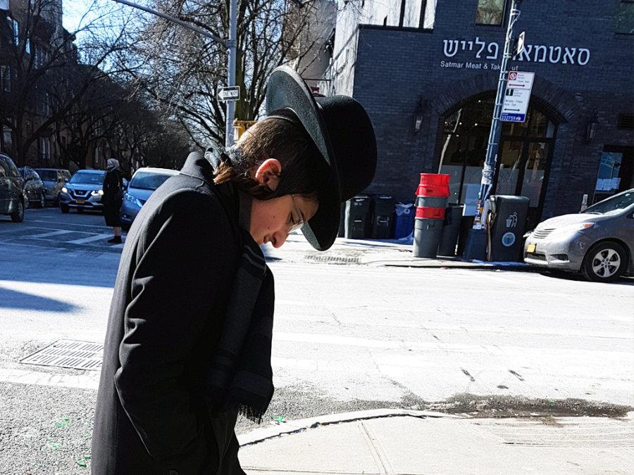 Joven judío jasídico caminando por Williamsburg - Foto de AHM